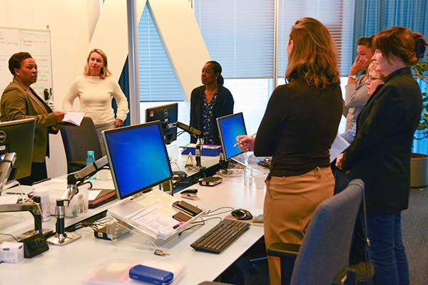 Foto van teamcoaching waarbij Daphne Hasselbaink een groep mensen toespreekt - Future Assistant Academy: voor futureproof assistants in het onderwijs en bedrijfsleven
