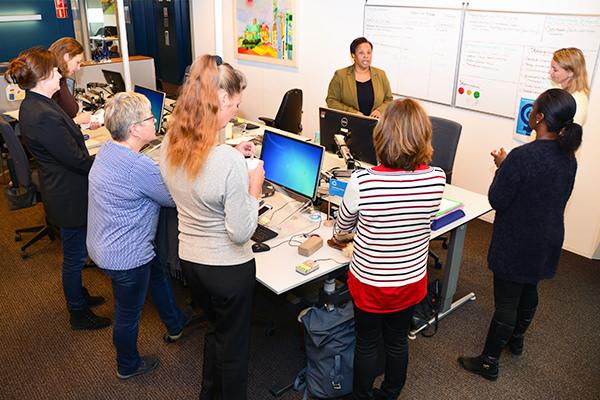 Foto van een workshop waarbij Daphne Hasselbaink een groep mensen toespreekt - Future Assistant Academy: voor futureproof assistants in het onderwijs en bedrijfsleven